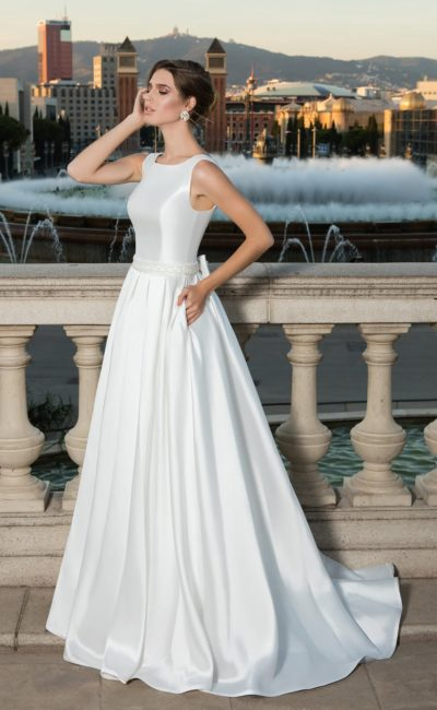 Атласное свадебное платье со скрытыми карманами и кружевной вставкой на спинке.