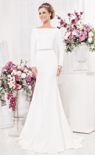 Лаконичное свадебное платье с закрытым лифом, юбкой «русалка» и вырезом сзади.