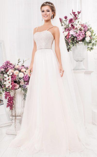 Свадебное платье с бисерной отделкой лифа и романтичной многослойной юбкой.