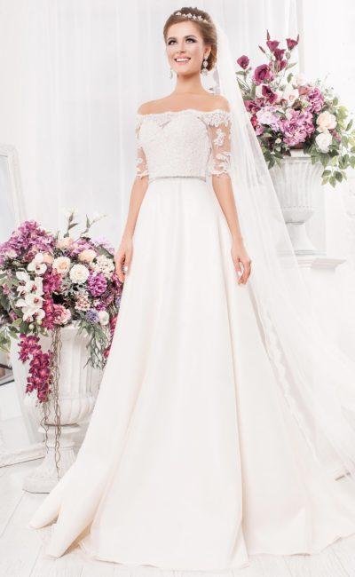 Свадебное платье «принцесса» с портретным декольте и юбкой из атласа.