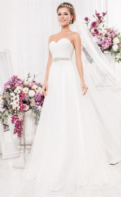 Открытое свадебное платье «принцесса» из плотной атласной ткани.