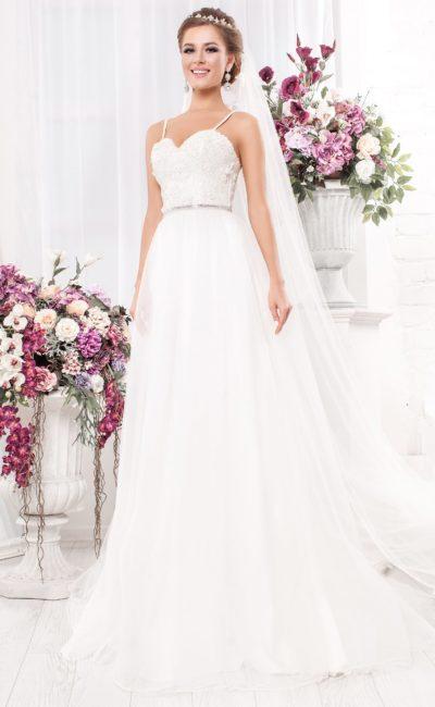 Свадебное платье «принцесса» с фактурной отделкой лифа и бретелями-спагетти.
