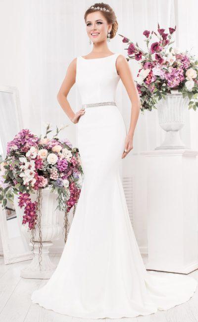 Сдержанное свадебное платье «русалка» с открытой спиной и узким поясом.