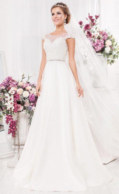 Романтичное свадебное платье с полупрозрачным декором и юбкой «трапеция».