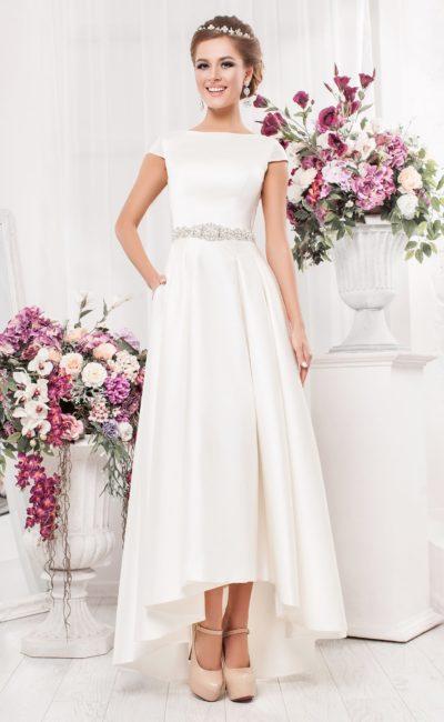 Свадебное платье с вырезом на спинке и укороченным спереди подолом.