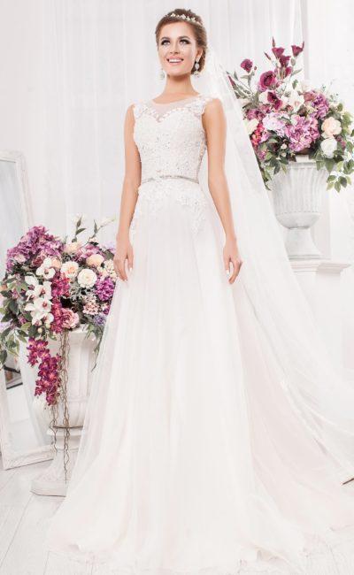 Свадебное платье «трапеция» с полупрозрачной вставкой на спинке и аппликациями.