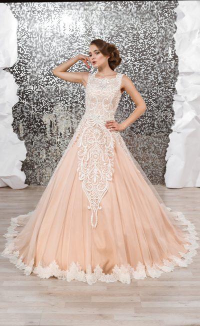 Персиковое свадебное платье с ажурной отделкой верха и пышной юбкой со шлейфом.