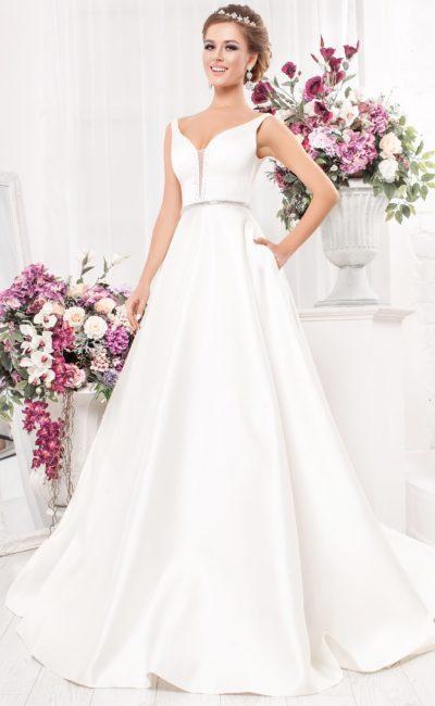 Стильное свадебное платье из атласа, с юбкой А-силуэта и узкими бретелями.