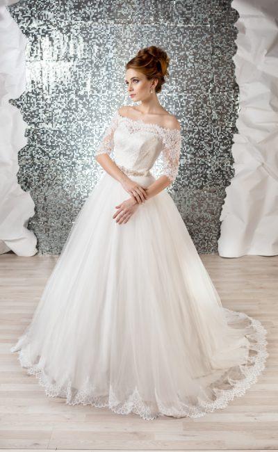Торжественное свадебное платье классического кроя с кружевным портретным декольте.