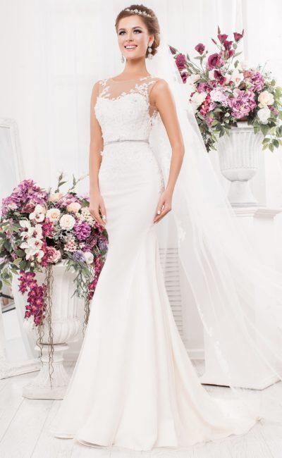 Свадебное платье «рыбка» с романтичным кружевным декором и узким поясом.