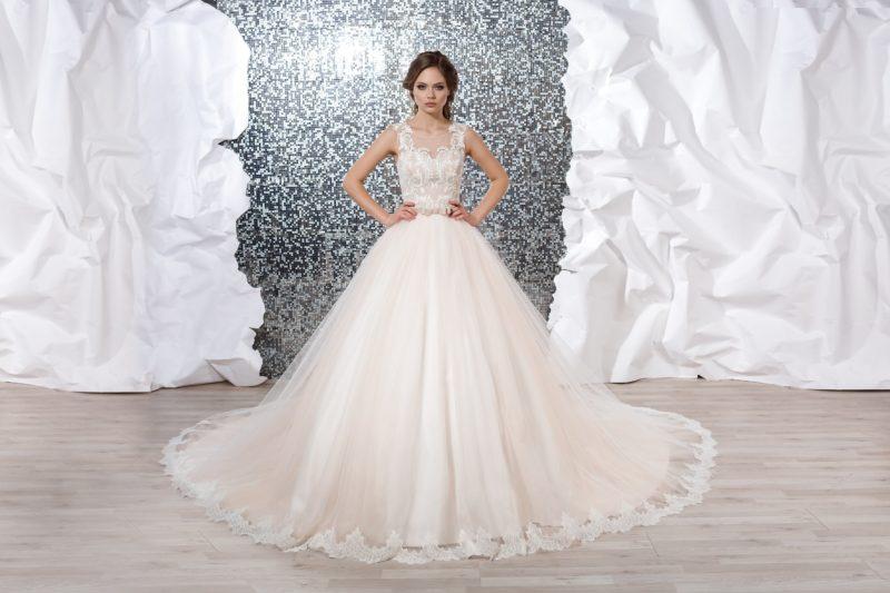 Пышное свадебное платье цвета слоновой кости с изящным кружевным верхом.