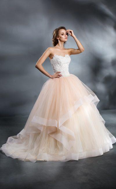 Пышное свадебное платье с персиковой юбкой и белоснежным открытым верхом.