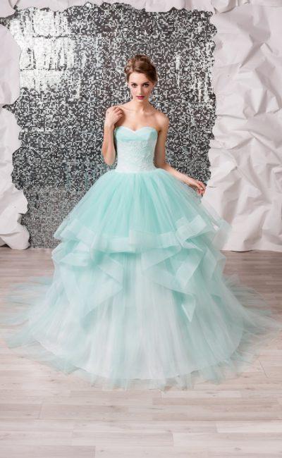 Пышное свадебное платье с открытым лифом, выполненное из бирюзовой ткани.