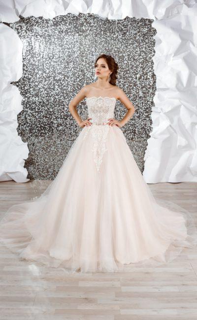 Очаровательное свадебное платье с эффектным декором и пышной юбкой.