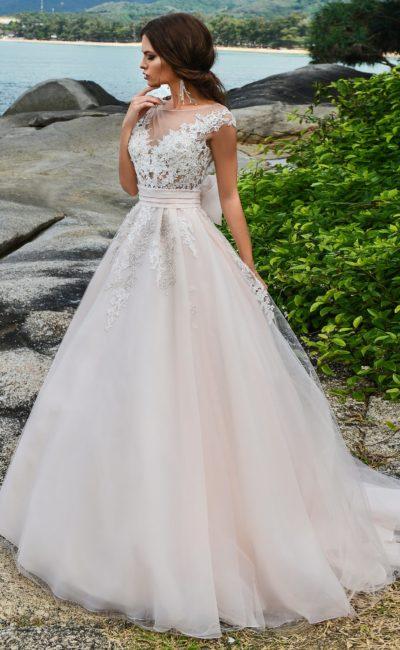 Свадебное платье с персиковой юбкой и кружевным декором белого верха.