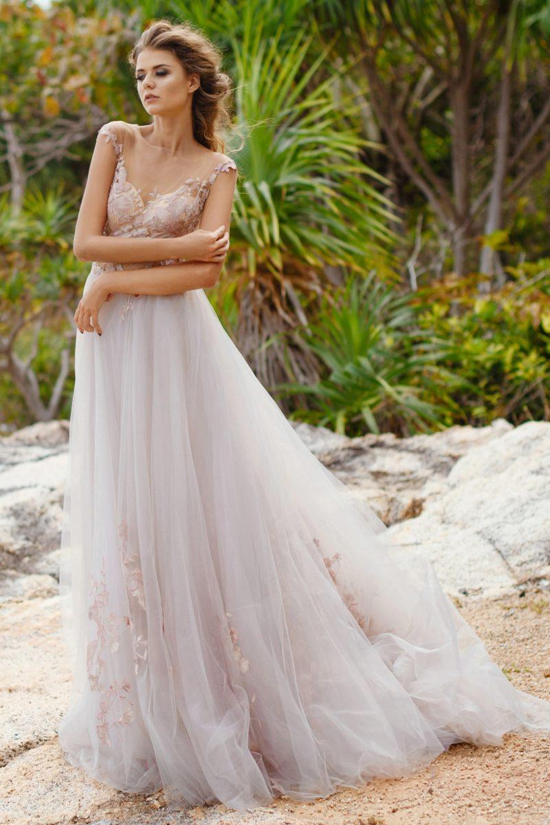 Прямое свадебное платье с многослойным подолом, украшенное розовыми аппликациями.