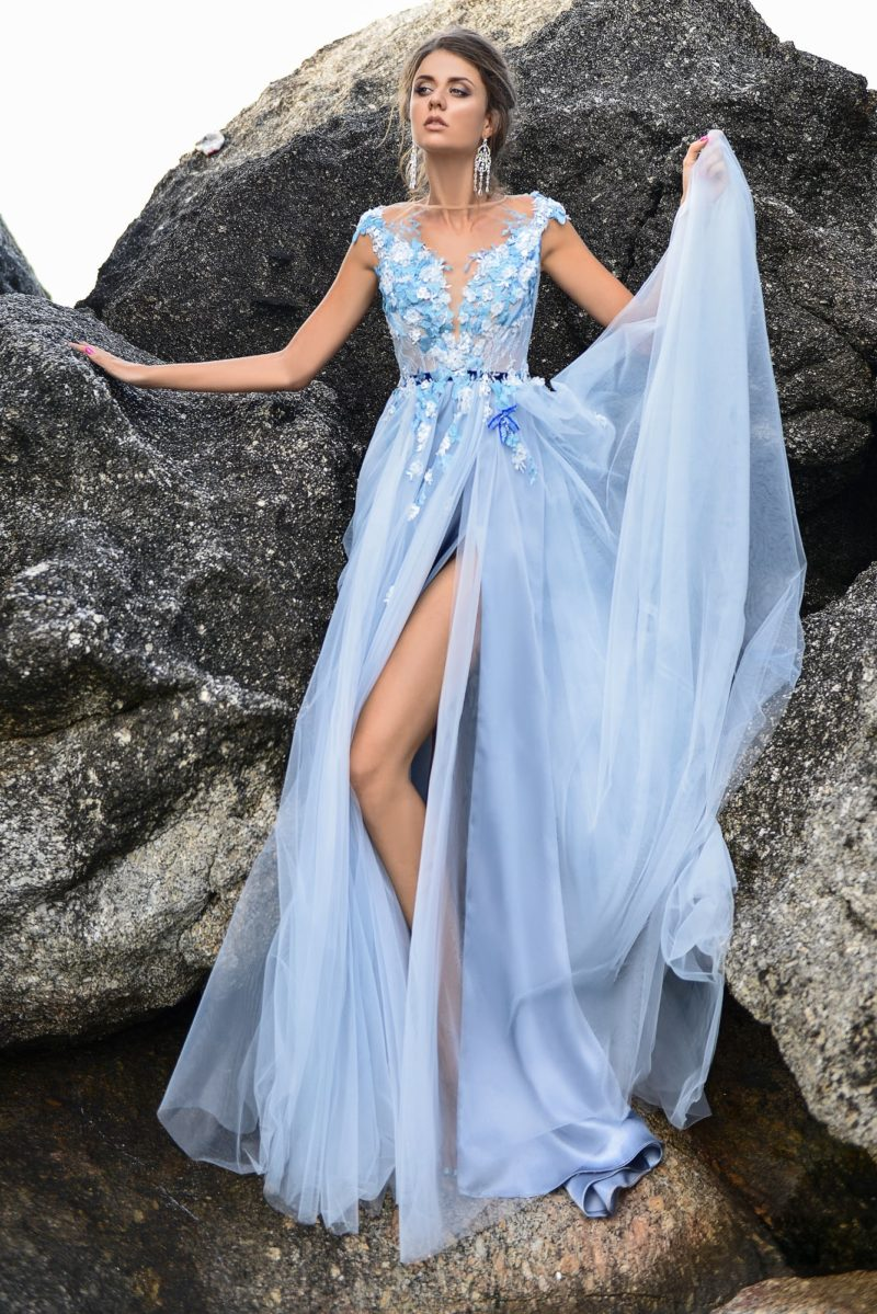 Прямое свадебное платье с закрытым верхом, выполненное из нежно-голубой ткани.
