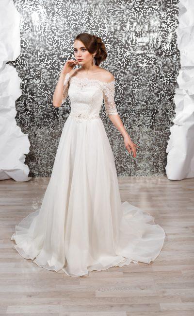Свадебное платье «принцесса» с элегантным шлейфом и кружевными рукавами.