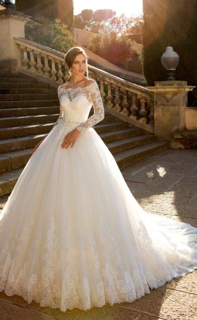 Пышное свадебное платье с портретным декольте и облегающим рукавом из кружева.