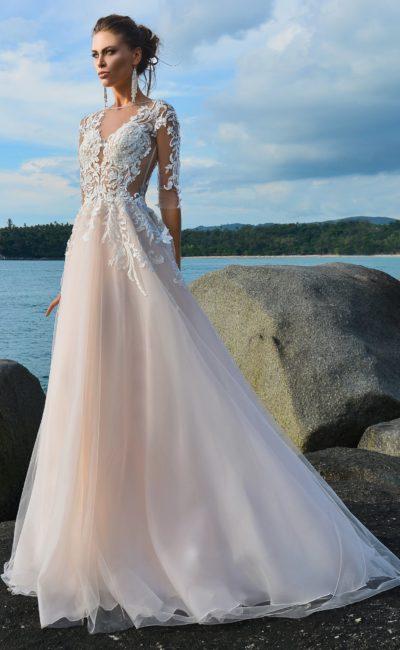 Кремово-розовое свадебное платье с пышной юбкой и аппликациями по верху.