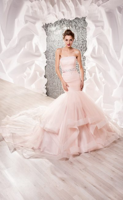 Свадебное платье «русалка» розового цвета с узким сверкающим поясом.