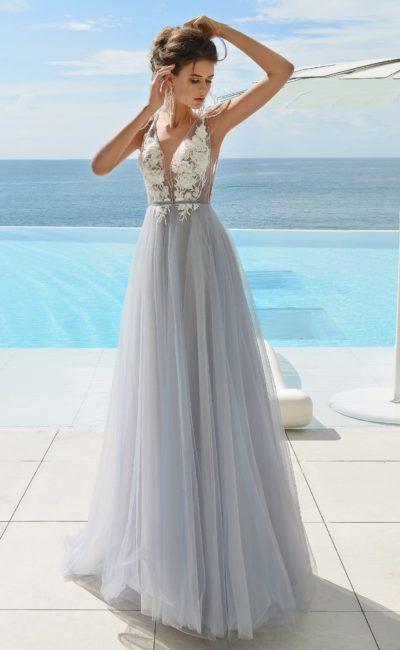 Серое свадебное платье прямого кроя с кружевом и открытой спинкой.