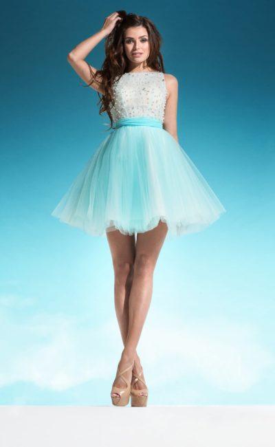 Короткое свадебное платье с пышной голубой юбкой и вырезом на спинке.