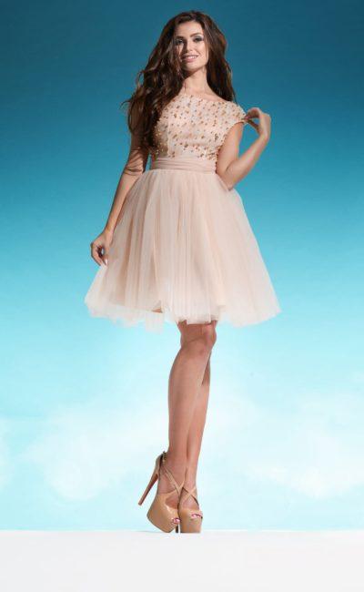 Бежевое свадебное платье с юбкой до середины бедра и вырезом сзади.