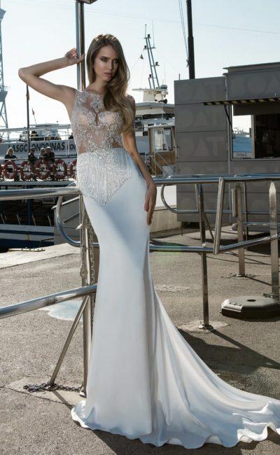 Чувственное свадебное платье с длинным шлейфом и сияющей отделкой тонкого верха.