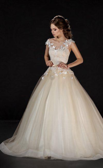 Пышное свадебное платье золотистого цвета с фактурными аппликациями по лифу.