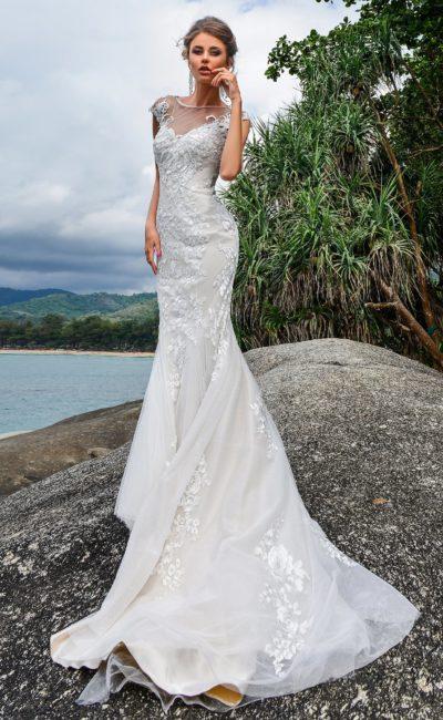 Белоснежное свадебное платье «русалка» с изящными кружевными аппликациями.
