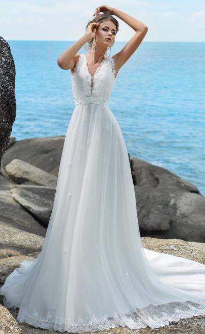 Элегантное свадебное платье с многослойной юбкой и V-образным глубоким вырезом.