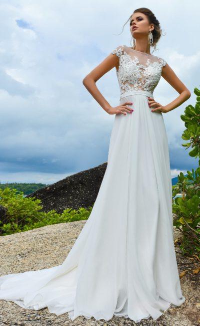 Свадебное платье прямого кроя с элегантным шлейфом и плотными аппликациями.