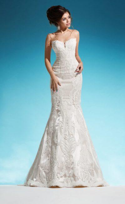 Открытое свадебное платье из атласной ткани с фактурной отделкой по всей длине.