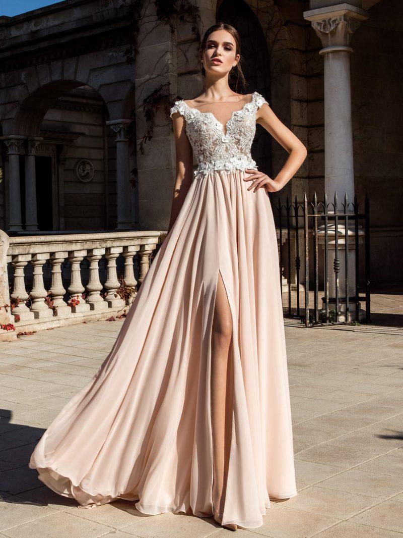 Эффектное свадебное платье с белым кружевным верхом и прямой бежевой юбкой.