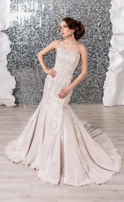 Бежевое свадебное платье с крупными белыми аппликациями и юбкой «русалка».