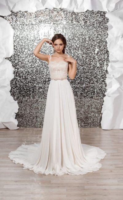 Прямое свадебное платье с длинным шлейфом и бежевым кружевным лифом.