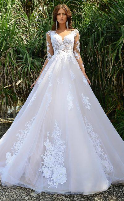 Потрясающее свадебное платье пышного силуэта с плотными кружевными аппликациями.