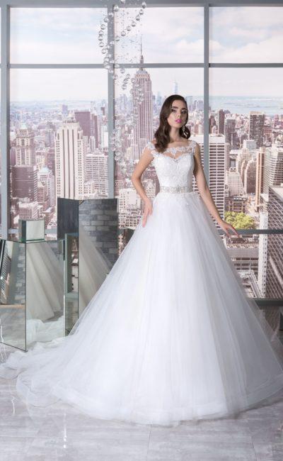 Пышное свадебное платье с бисерным поясом и кружевной отделкой корсета.