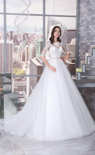 Закрытое свадебное платье с многослойной юбкой А-силуэта и тонким рукавом.