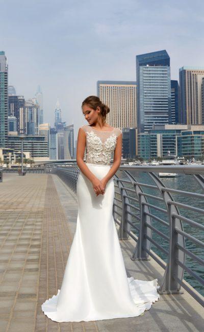 Свадебное платье с облегающей атласной юбкой «русалка» и аппликациями на тонком лифе.