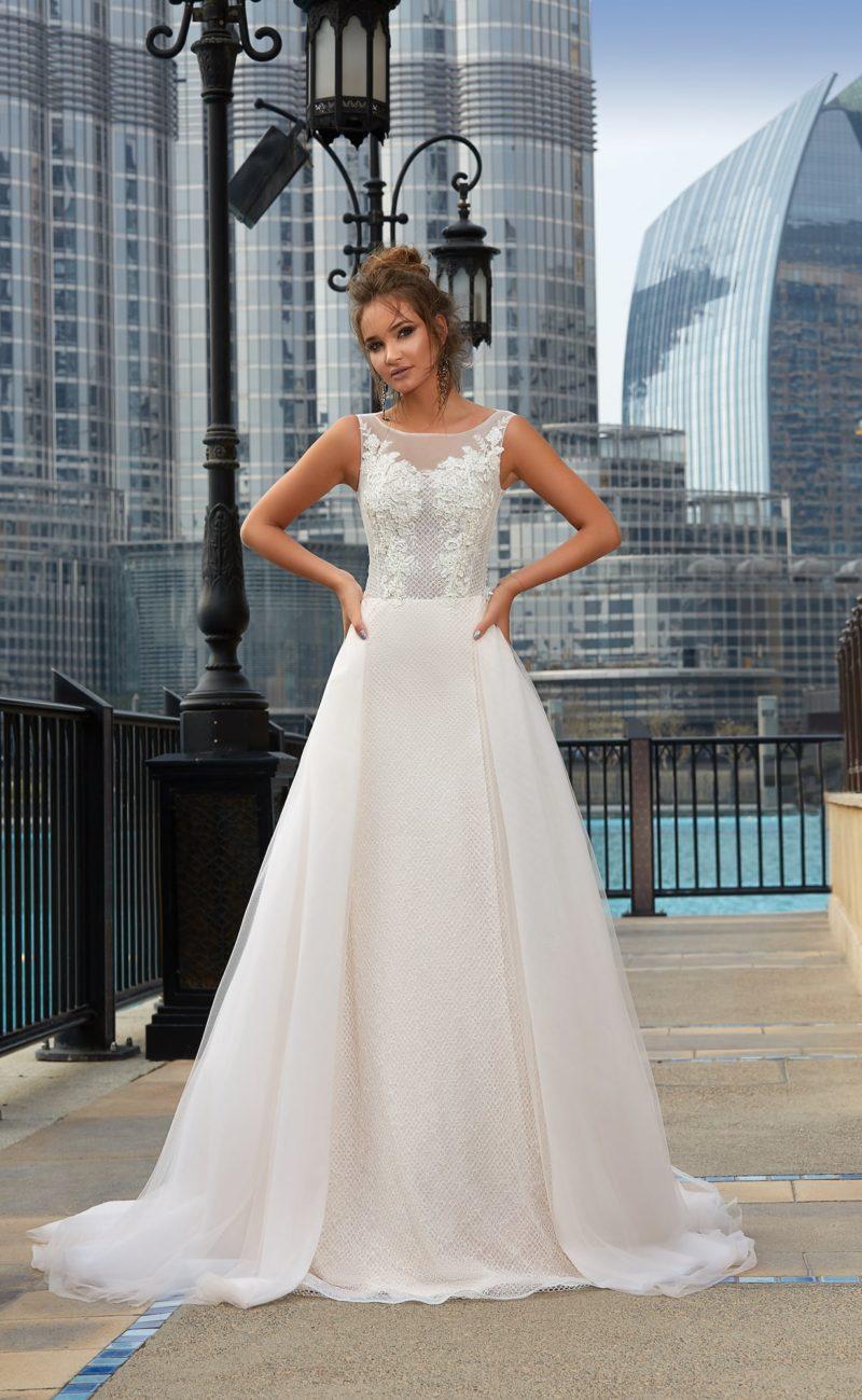 Элегантное свадебное платье «принцесса» с вырезом бато и фактурным декором корсета.