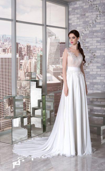 Прямое свадебное платье с элегантным шлейфом и корсетом бежевого оттенка.
