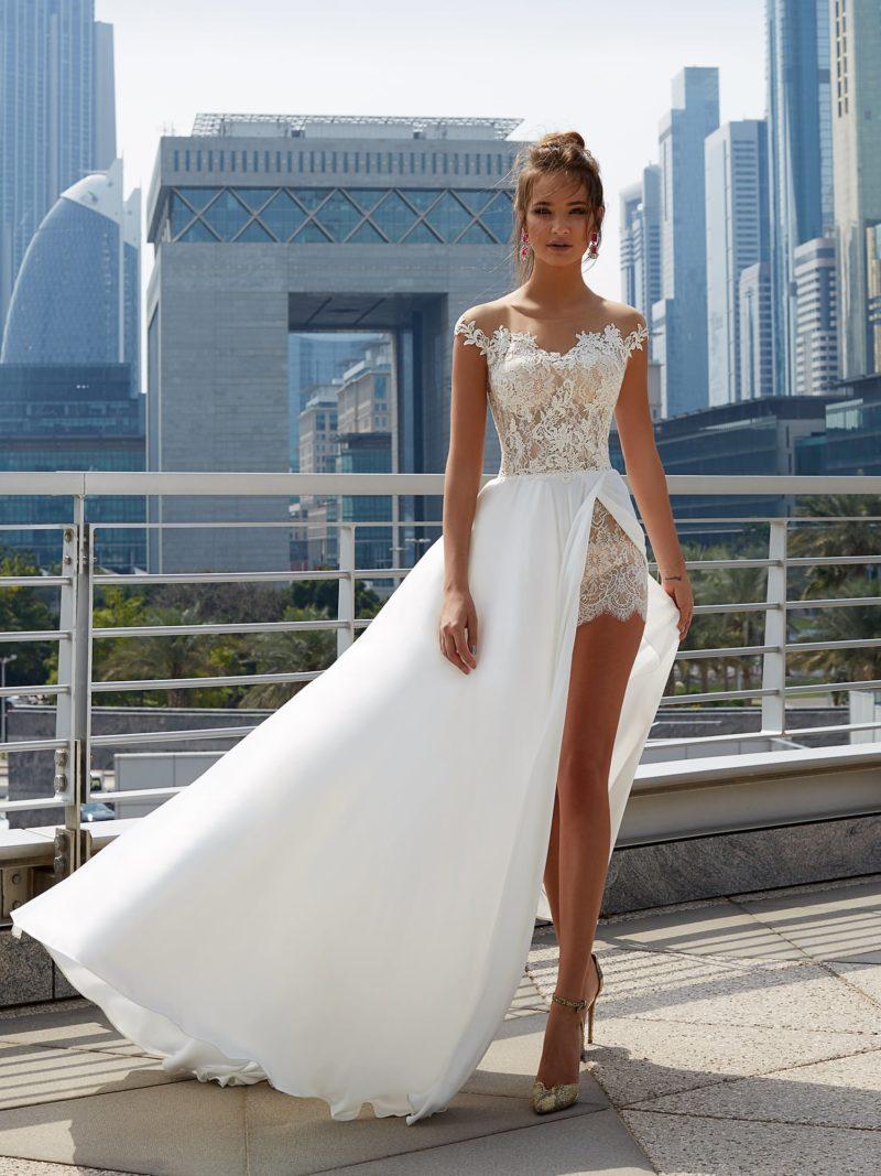 Соблазнительное свадебное платье с кружевной отделкой и верхней юбкой с разрезом.