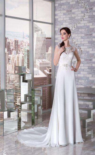 Прямое свадебное платье с кружевным закрытым верхом и роскошным шлейфом из шифона.