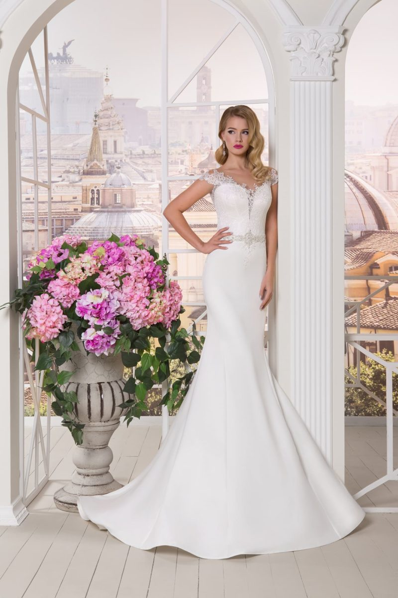 Свадебное платье «русалка» с покрытым бисерной отделкой поясом и кружевными бретелями.