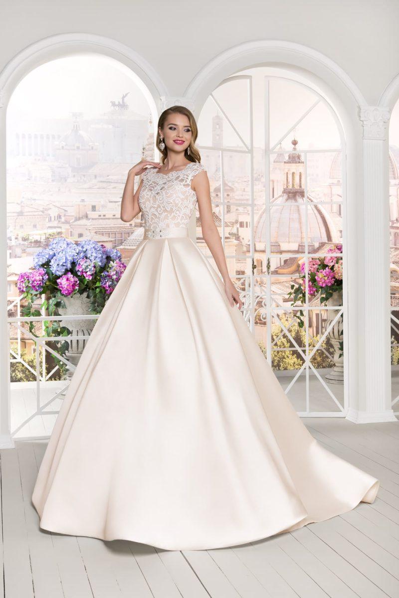Атласное свадебное платье с кремовым корсетом, покрытым белоснежным кружевом.