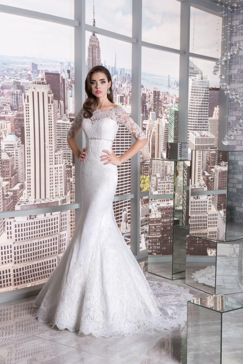 Свадебное платье «русалка» с кружевным рукавом до локтя и узким поясом под лифом.