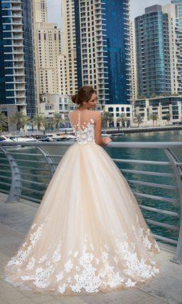 Пышное свадебное платье с бежевым фатиновым верхом на юбке и аппликациями.