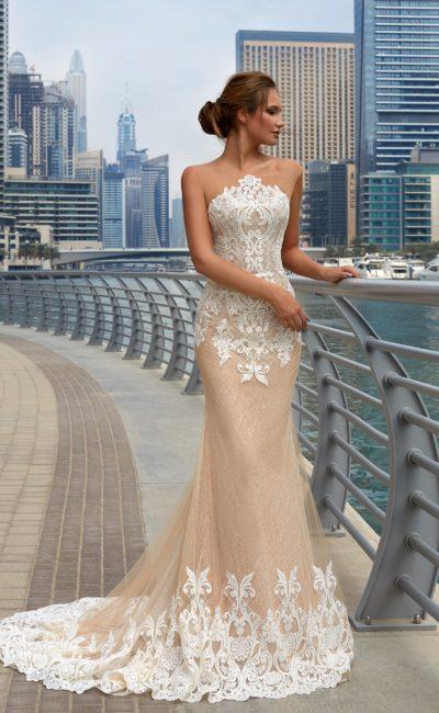 Необычное свадебное платье с силуэтом «рыбка», акцентированным кружевным декором.